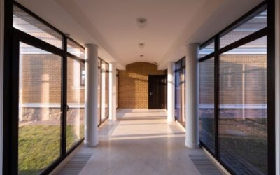 Lavaggio di facciate e vetrate: affidati a un'impresa qualificata